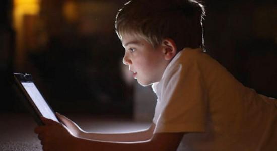 Luz presente na tela dos smartphones prejudica o sono